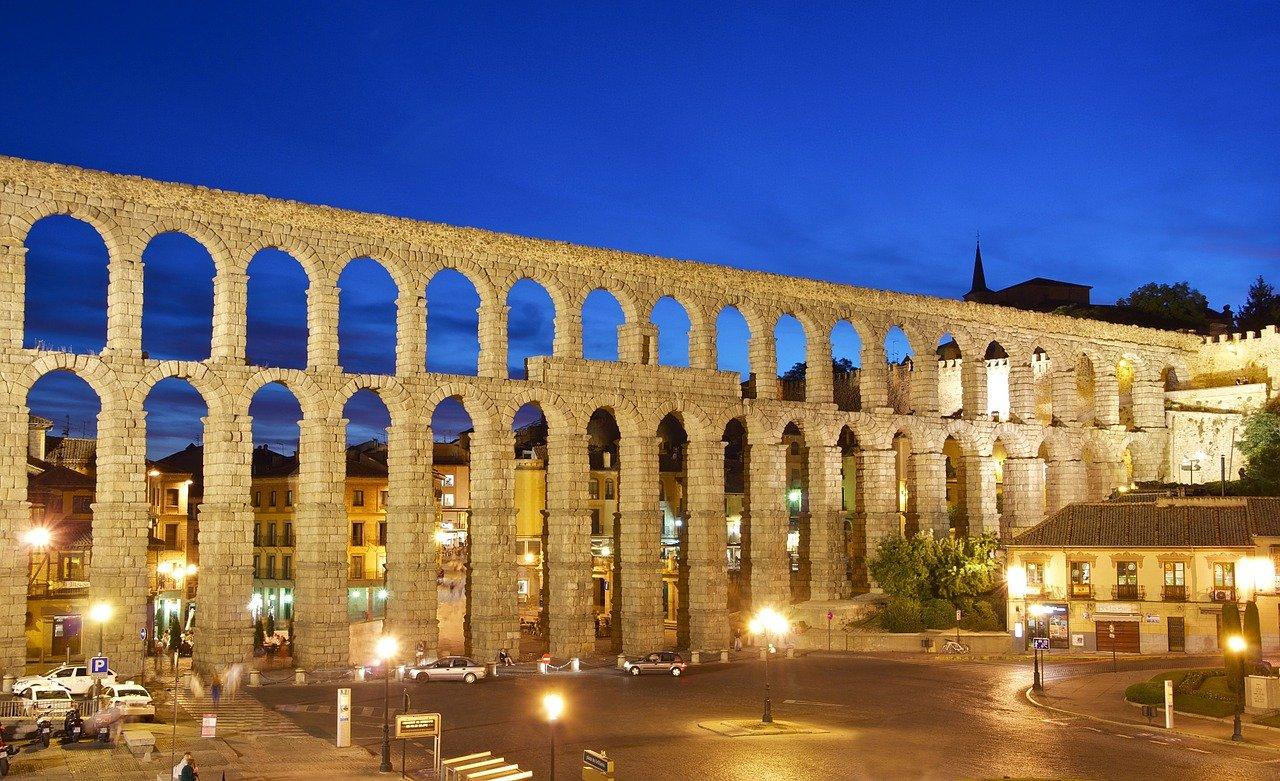Historische Metropole Segovia Aquaedukt nachts